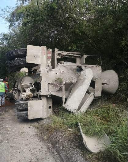 La revolvedora volcó en una carretera de Santiago
