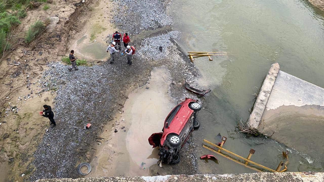 El automóvil fue proyectado hacia el lecho de un río y cayó 10 metros