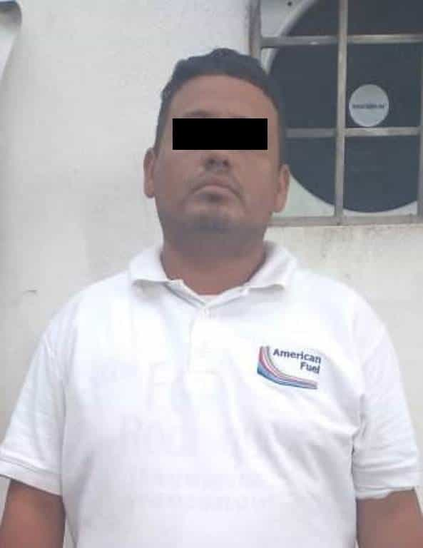 El empleado de una gasolinera fue detenido en un vehículo con reporte de robo