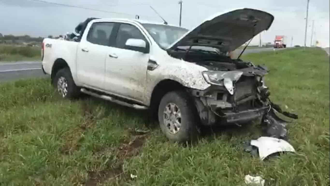 Derrapó y estrelló su camioneta contra un muro de contención