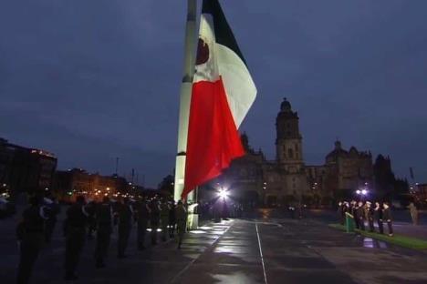 AMLO iza bandera a media asta por víctimas de los sismos