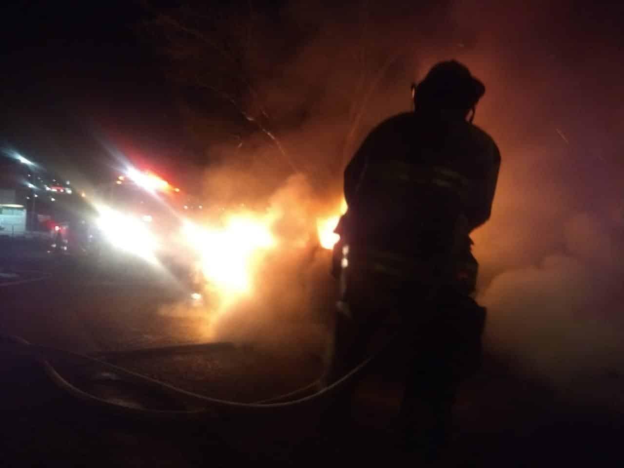 un hombre se dio a la fuga en otro auto junto con un cómplice luego de incendiar un auto