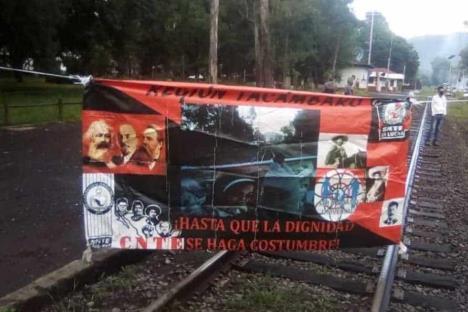 Maestros bloquean vías del tren en Múgica y Pátzcuaro