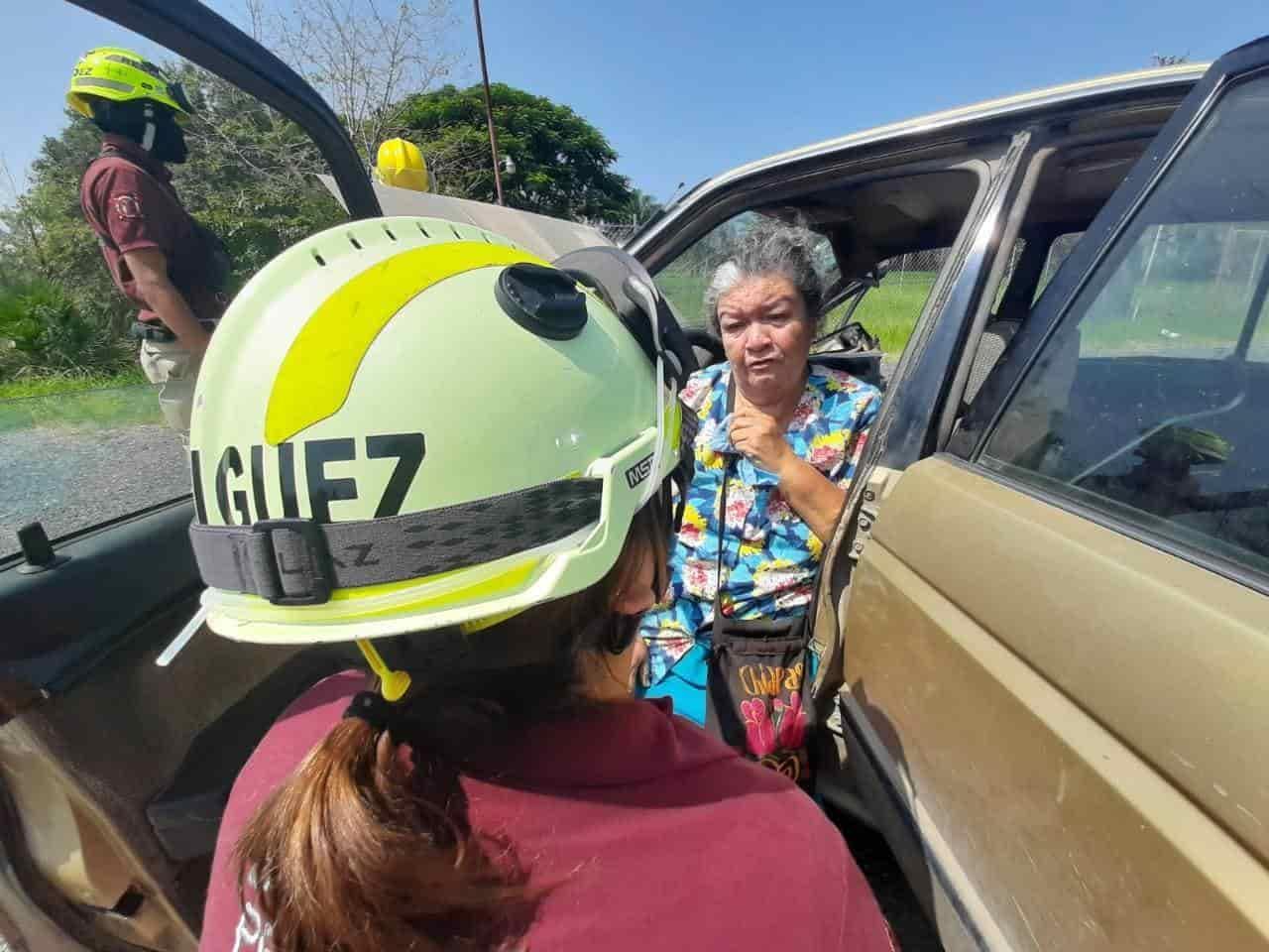 La mujer de la tercera edad, terminó con lesiones de consideración, al ser impactado su vehículo por un Torton