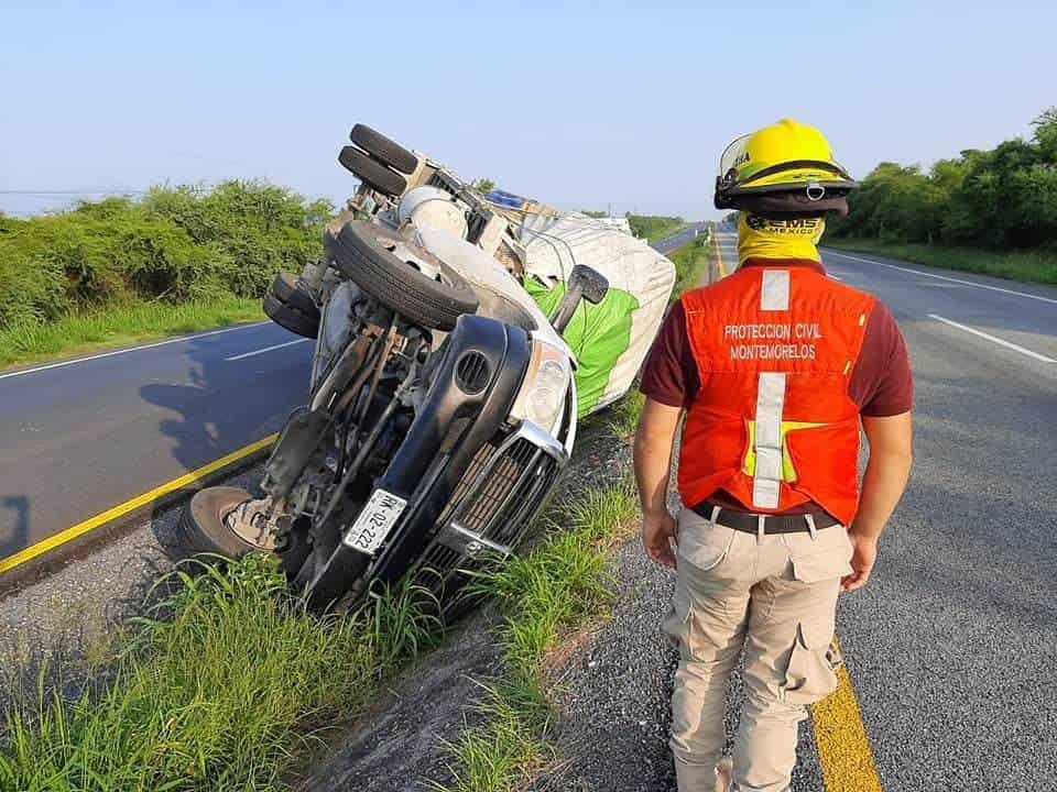Terminó con diversas lesiones, después de volcar su camión