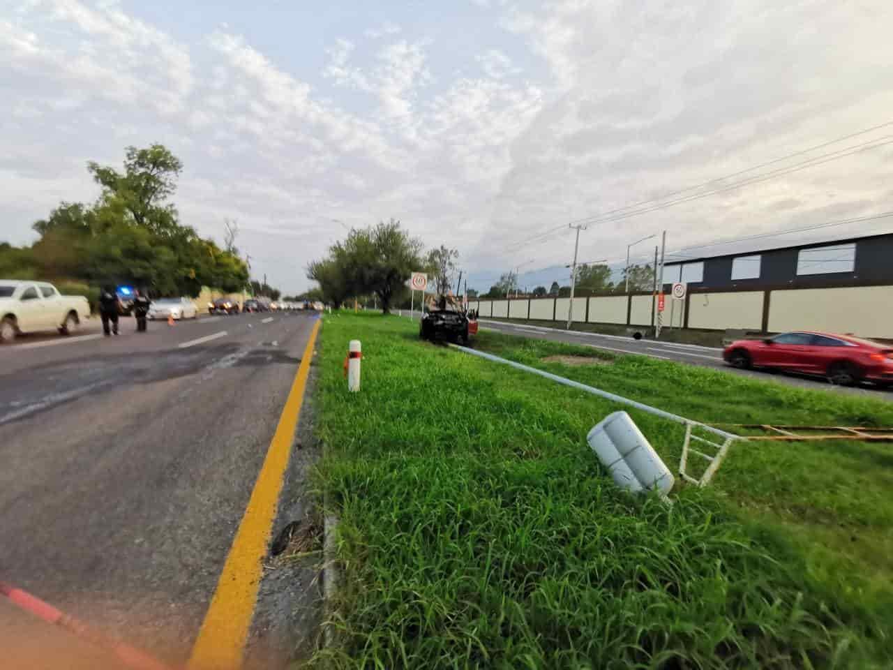 Luego de arrollar y provocar la muerte de un peatón, el automovilista terminó estrellándose en un anuncio