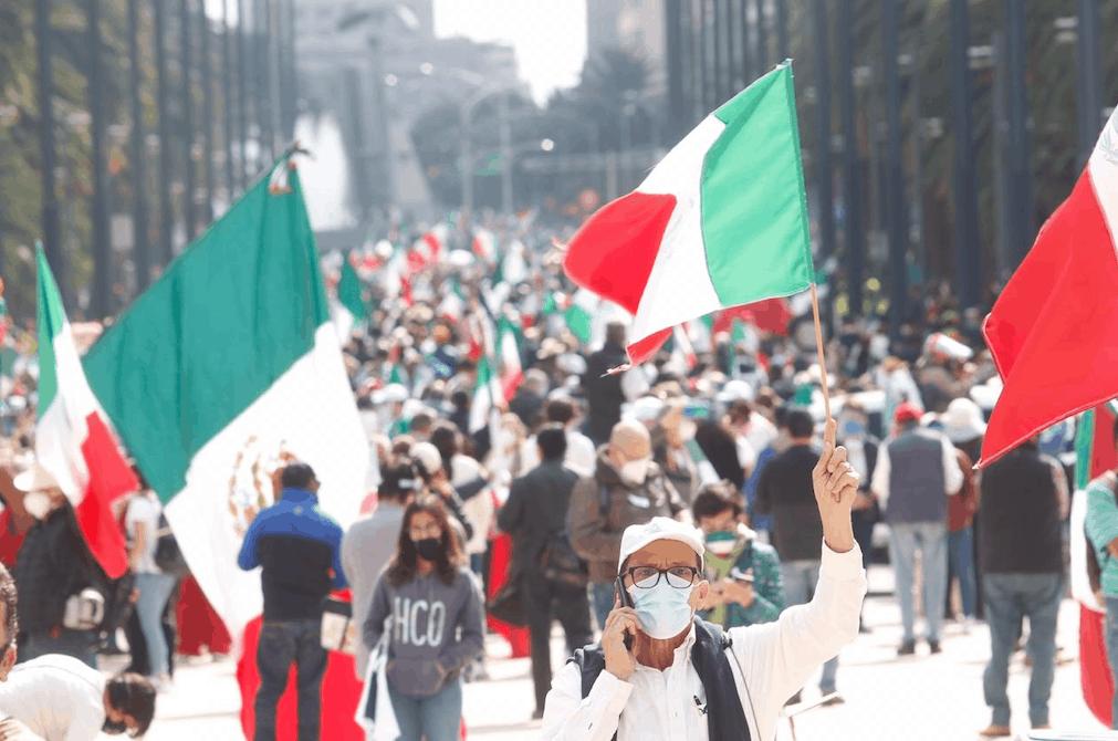 Marcha de Frenaaa llega al Zócalo