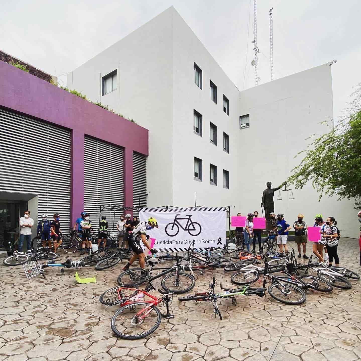Familiares y amigos de Cristina Serna, formaron un plantón afuera del Palacio de Justicia