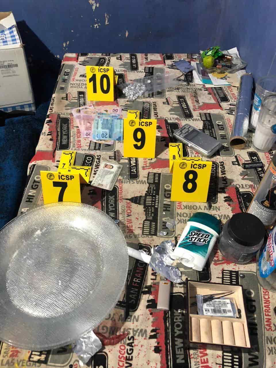 En los cateos fueron arrestadas tres mujeres y dos hombres, además de asegurarse droga, un arma de fuego, dinero, cartuchos hábiles y un vehículo