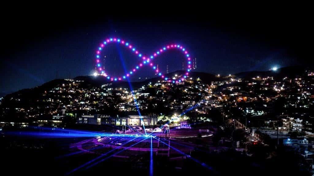 Iluminan con drones el cielo de Monterrey