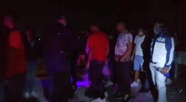 Policías suspendieron una fiesta de cumpleaños que se llevó a cabo en el patio de una casa al encontrarse en el lugar 70 personas