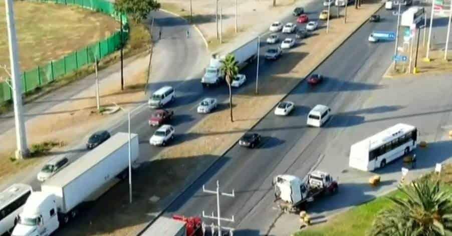 Se registró un choque tipo volcadura entre un tráiler y un camión de personal