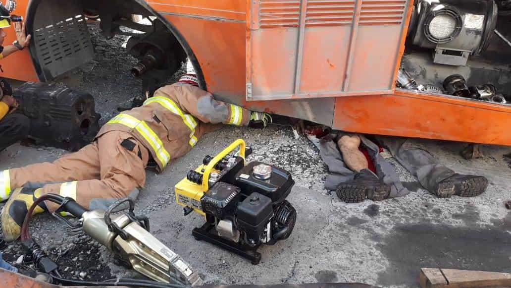La unidad de transporte urbana que arreglaban se cayó del soporte donde la tenían