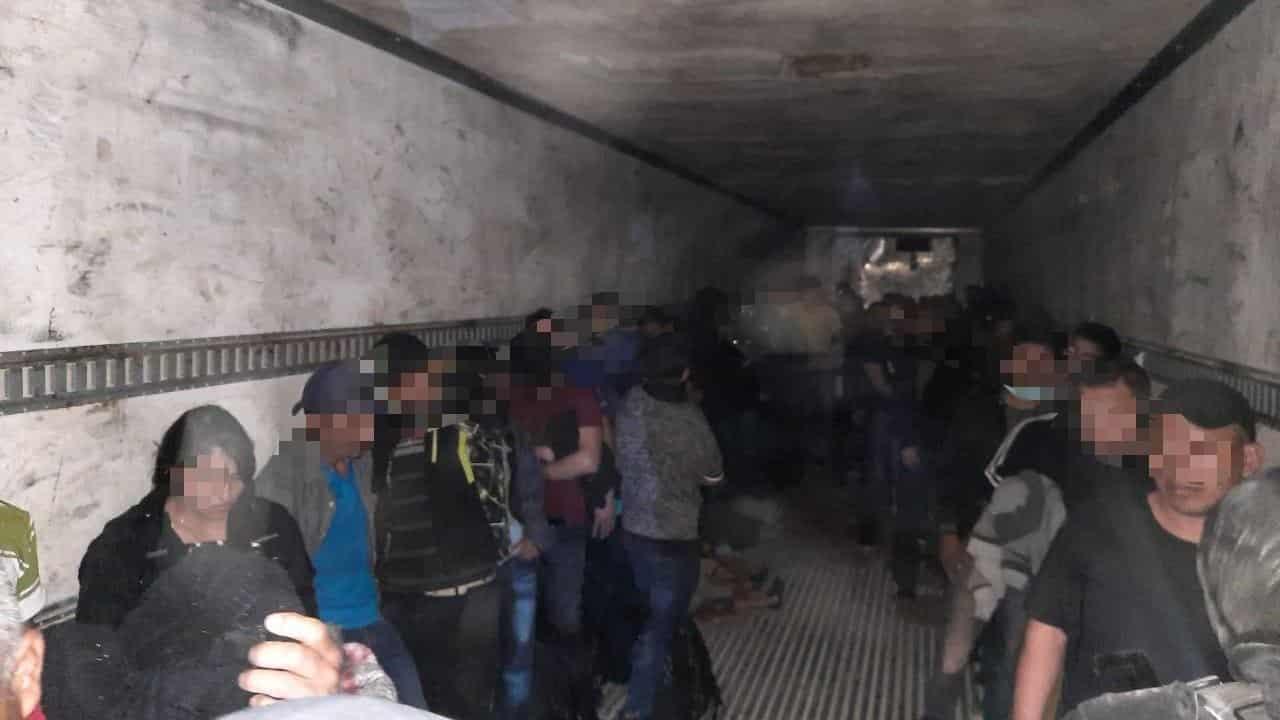 71 centroamericanos que eran trasladados en la caja de un tráiler