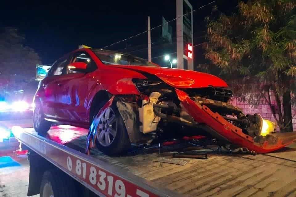 Terminaron con lesiones de consideración, al estrellar su automóvil contra un muro