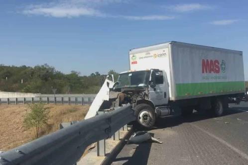 Impacta camión de carga contra barandal