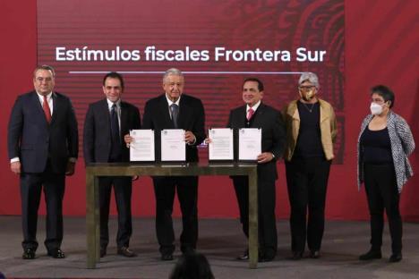 Firma decretos para estímulos fiscales a la frontera sur