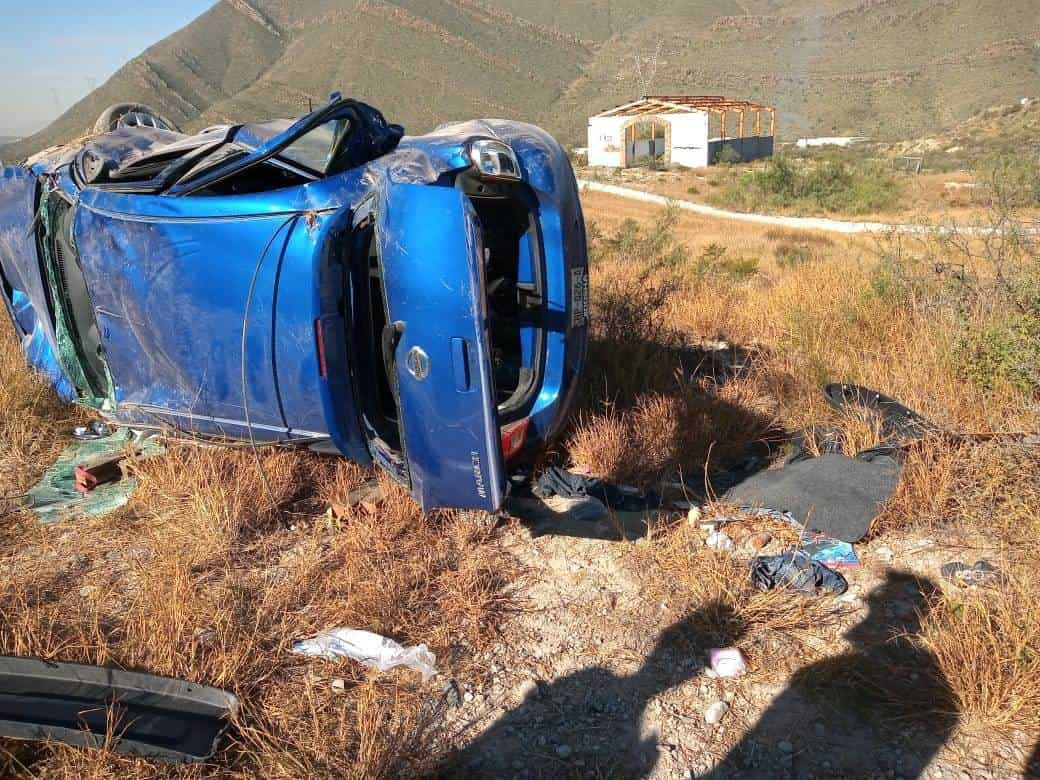 La conductora de un vehículo resultó y atrapada en su unidad luego de volcar