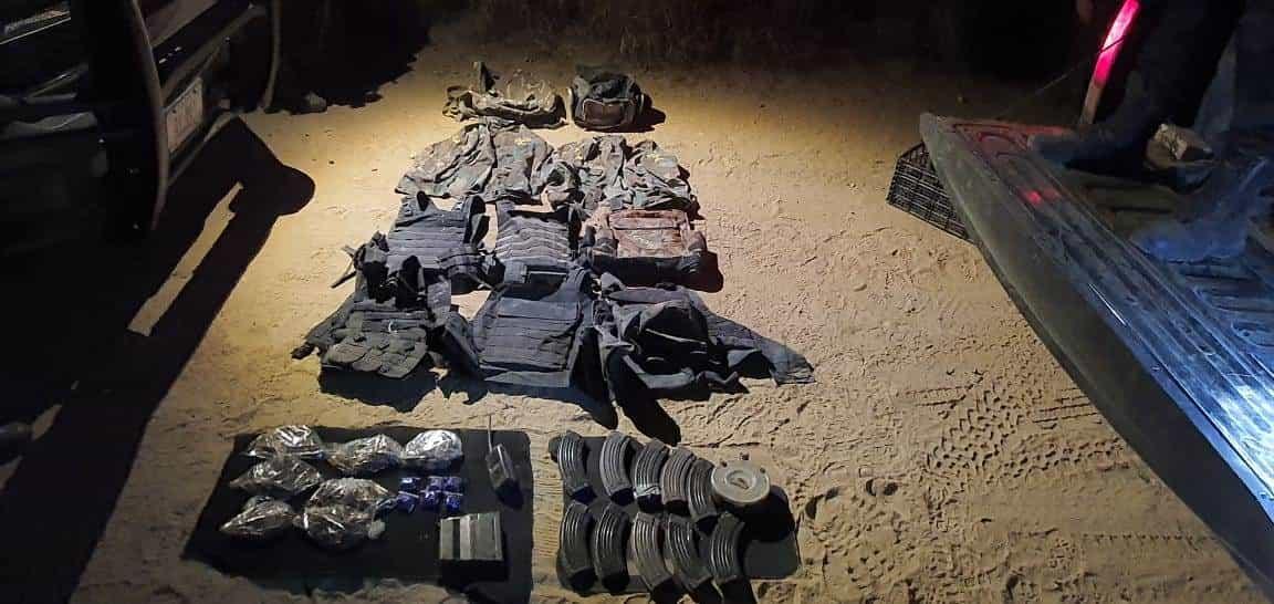 Aseguraron más de 340 cartuchos hábiles, 12 cargadores de arma larga, y dos camisola con la leyenda de un grupo delictivo