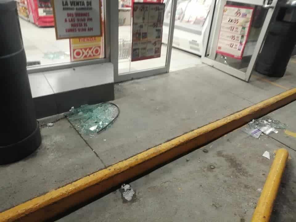 Un hombre arremetió contra la entrada principal de una tienda de conveniencia
