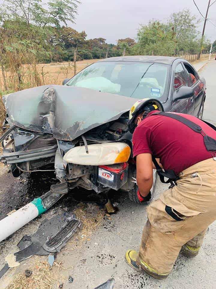 Dejó abandonado su vehículo, después de estrellarlo contra un poste