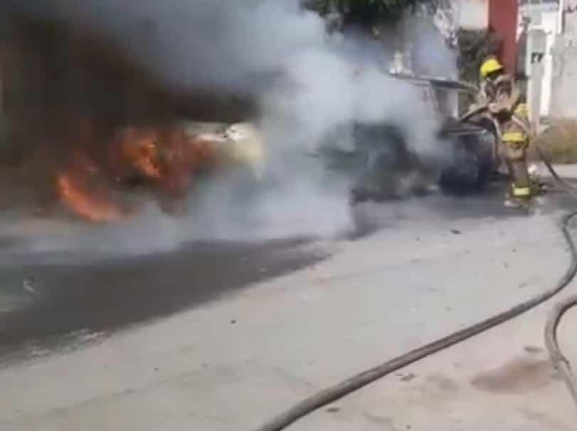 Bomberos de Nuevo León se movilizaron al reportarse el incendio de un vehículo sedan