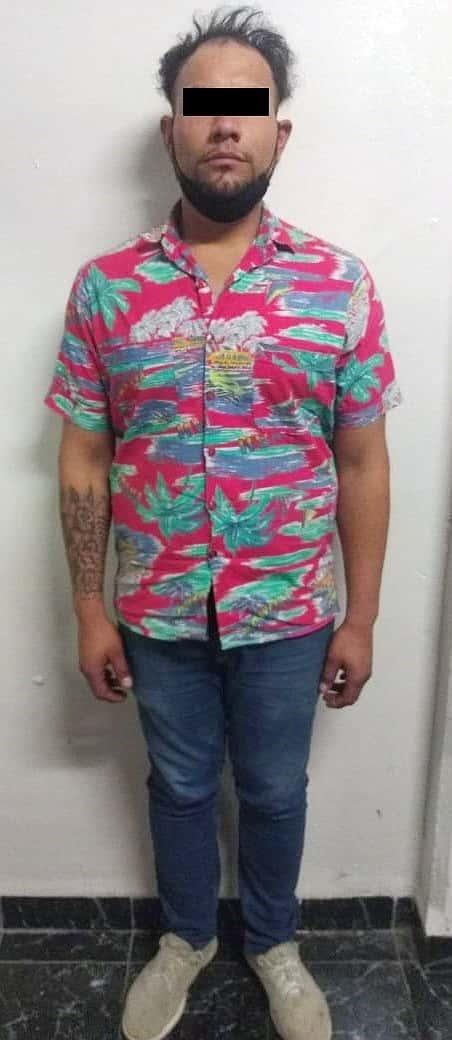 Con un arma de fuego tipo revólver y acusado de vender envoltorios de droga, fue detenido