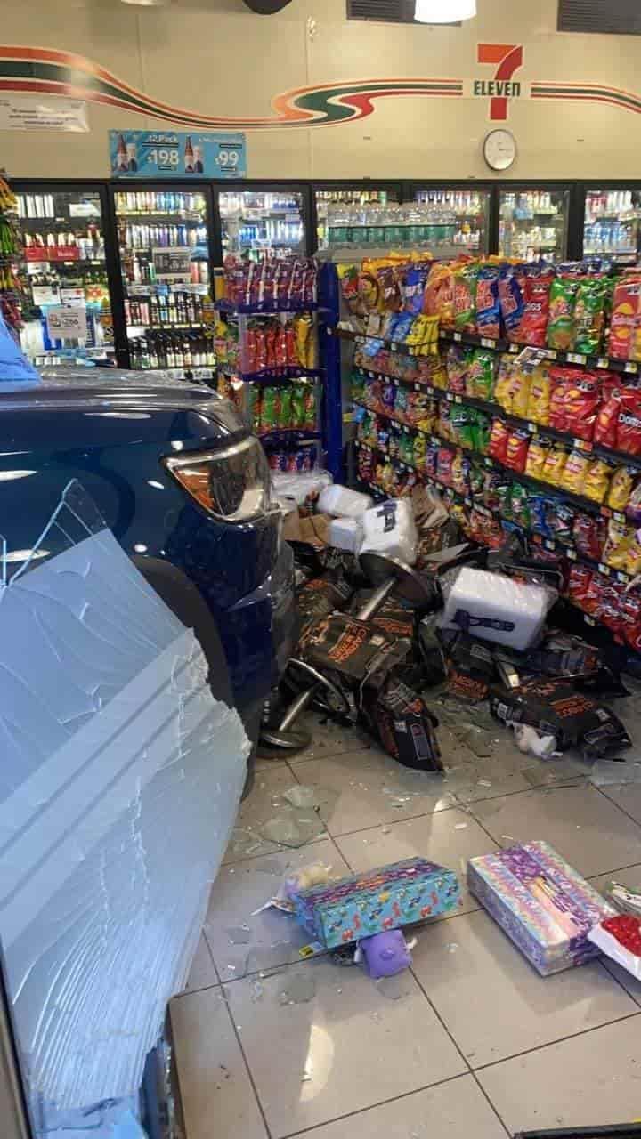 La camioneta se impactó y terminó dentro del negocio