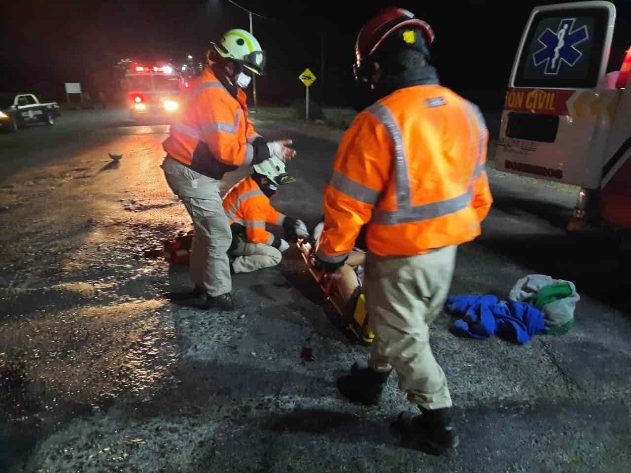 El motociclista terminó con lesiones de consideración, después de ser impactado por un tráiler