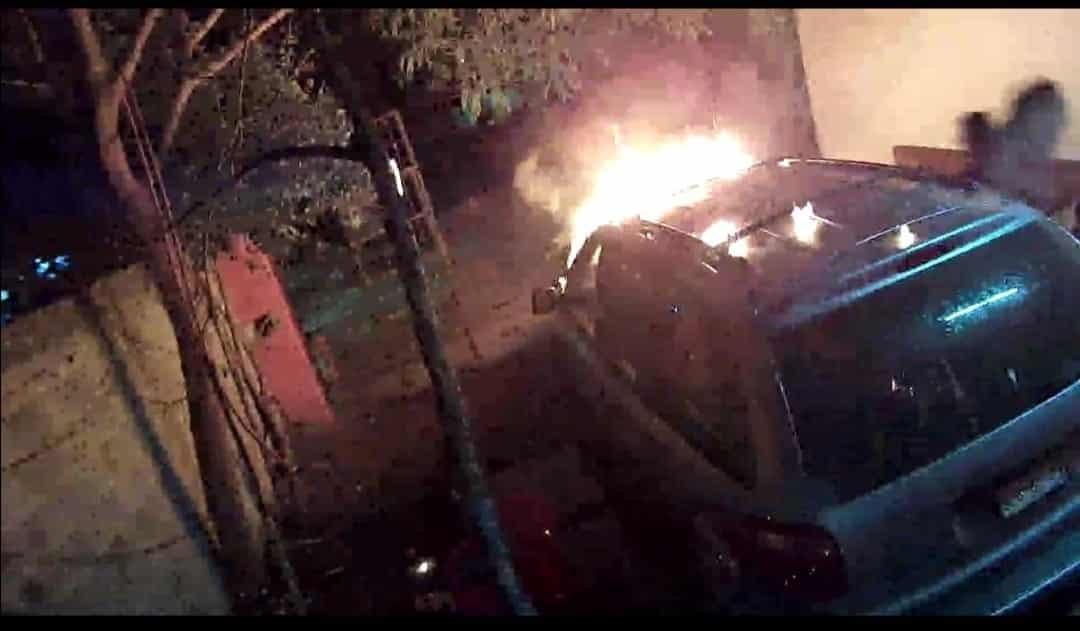 El delincuente fue captado en el momento en que arroja una bomba molotov a una camioneta