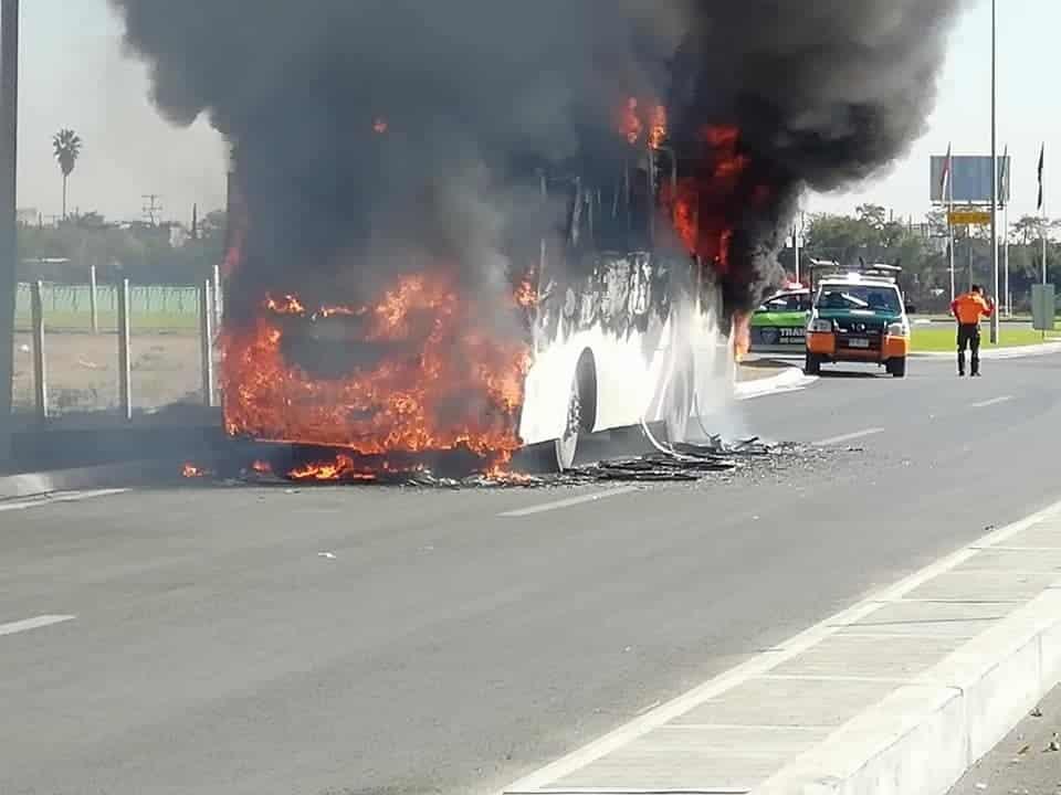 El incendio del camión de transporte de personal fue sofocado por Protección Civil y Bomberos