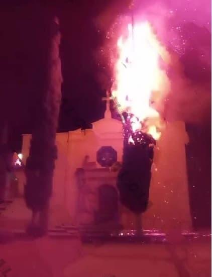 Jóvenes continúan quemando cohetes, ocasionando daños