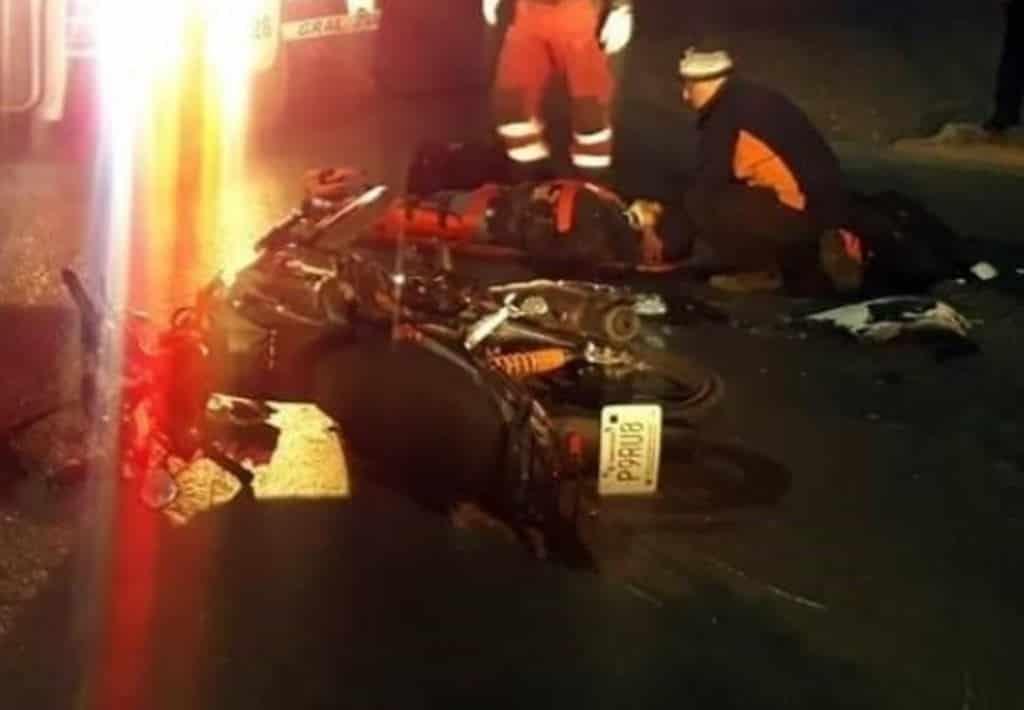 El choque entre una motocicleta y un automóvil dejó a una persona al borde de la muerte