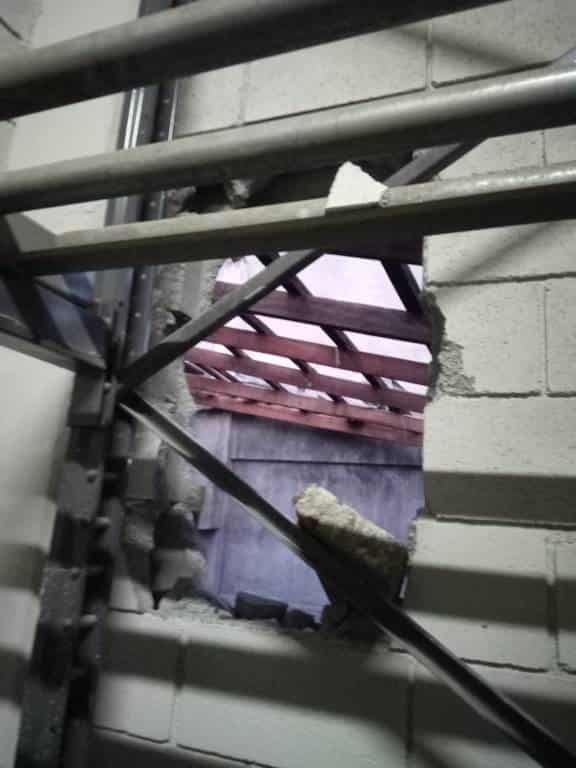 Sorprendieron a dos delincuentes, cuando realizaban un boquete en la pared de una bodega para entrar a robar