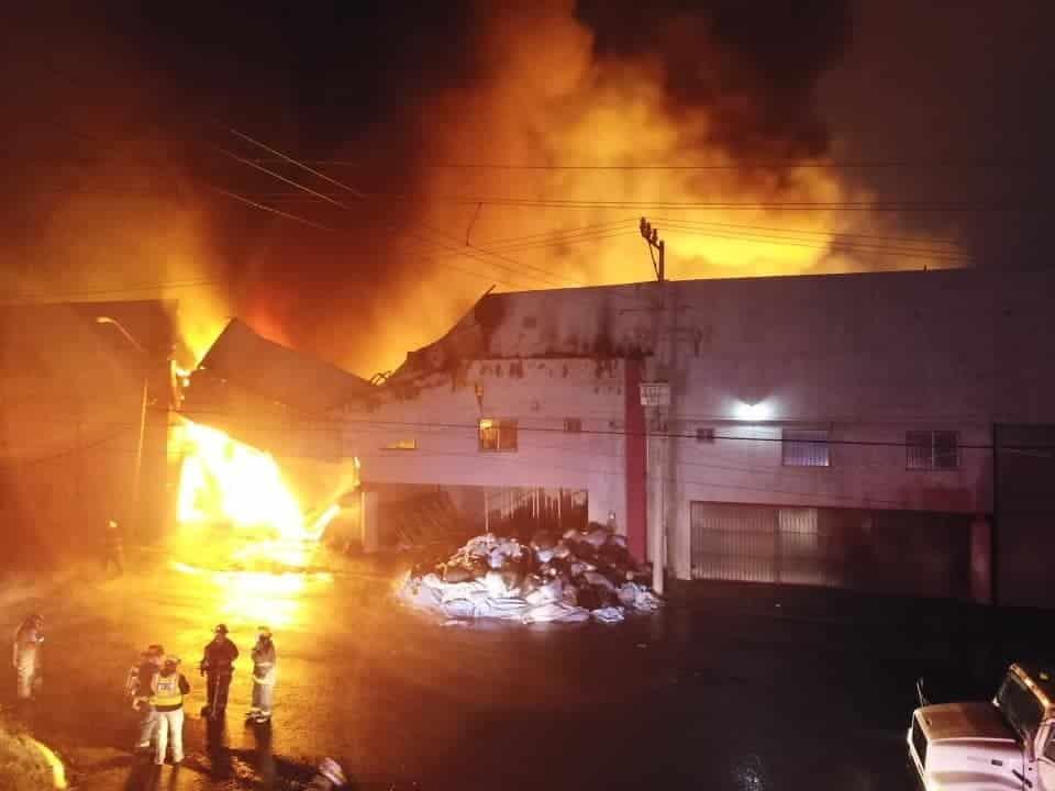 Tres bodegas en García terminaron totalmente destruidas al registrarse un magno-incendio