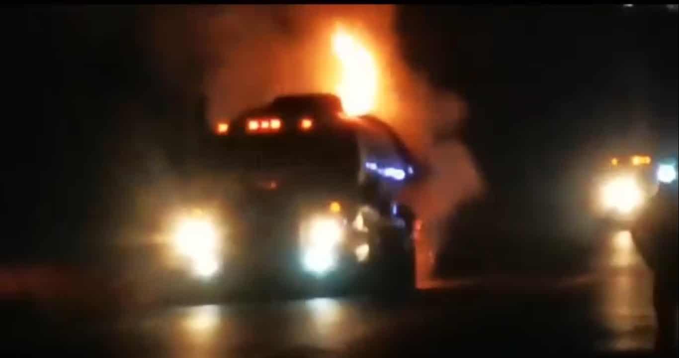 Se registró el incendio de un tráiler tipo pipa con doble remoque