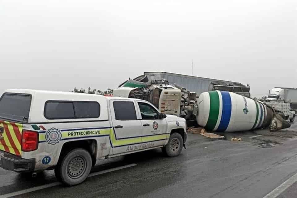 Se volcó un camión tipo revolvedora en el municipio de García