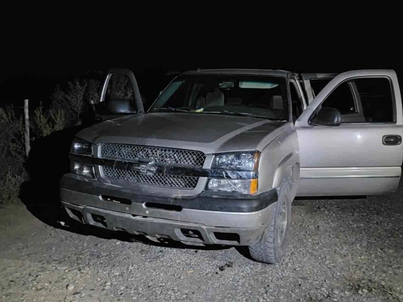 Hombres armados dejó abandonada una camioneta y se dieron a la fuga