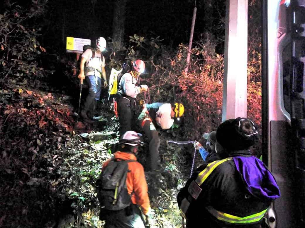 La persona rescatada sufrió la dislocación de hombro al caer