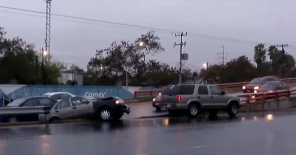 Dos vehículos terminaron estampados en el barandal de un paso a desnivel