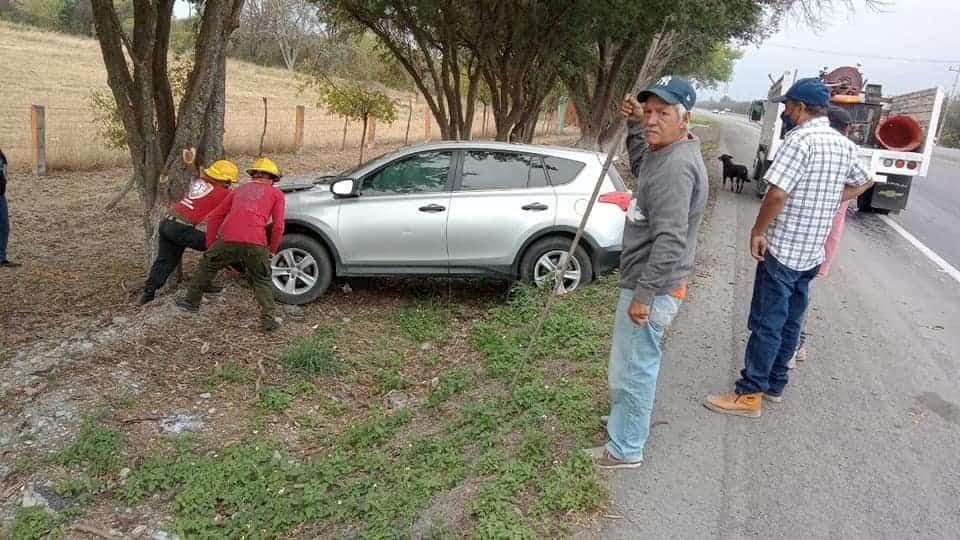 Terminó con algunas lesiones leves, después de estrellarse contra un árbol