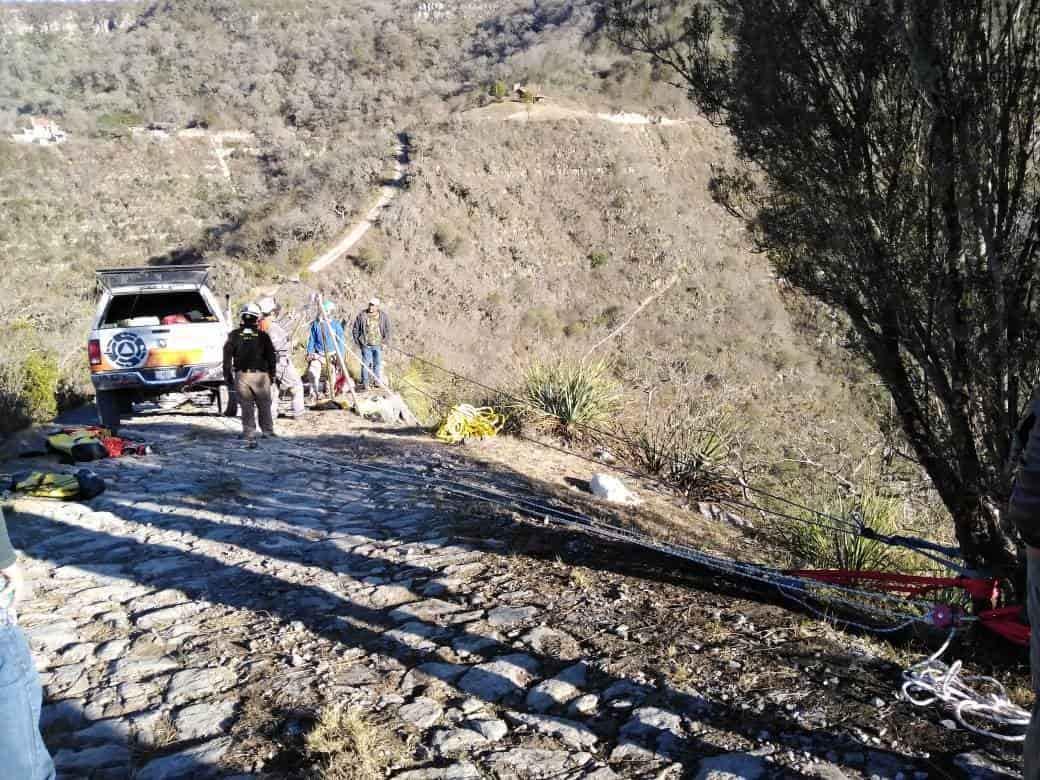El conductor se desbarrancó más de 50 metros, resultando una persona lesionada
