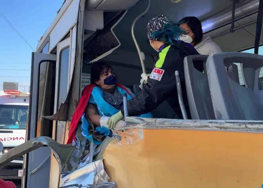 La mujer terminó con lesiones múltiples, después de ser impactado el camión urbano donde viajaba