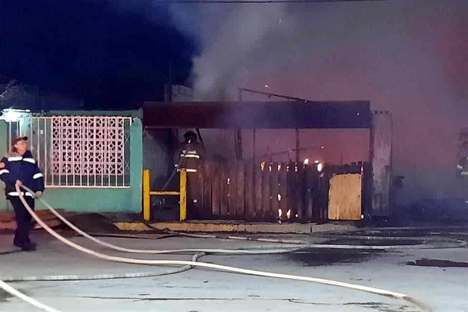 Un negocio especializado en la venta de tarimas se incendió