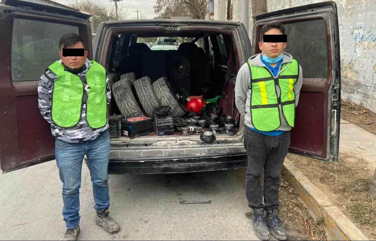 Dos presuntos ladrones de autopartes de vehículos estacionados, fueron detenidos