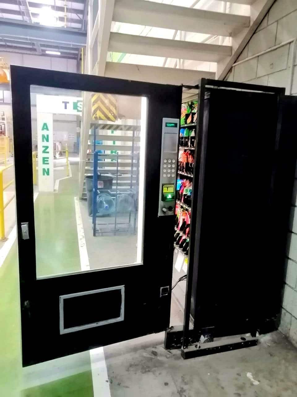 Lo detienen tras saquear una máquina expendedora de refrescos y diversos productos