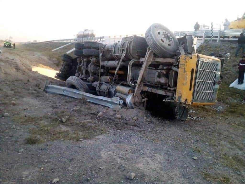El trailero terminó con diversas lesiones después de volcar su unidad