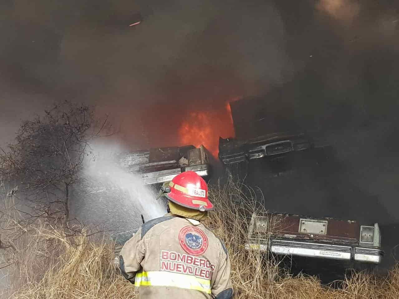 El incendio se  registró en el lote de autos de Garajes y Talleres