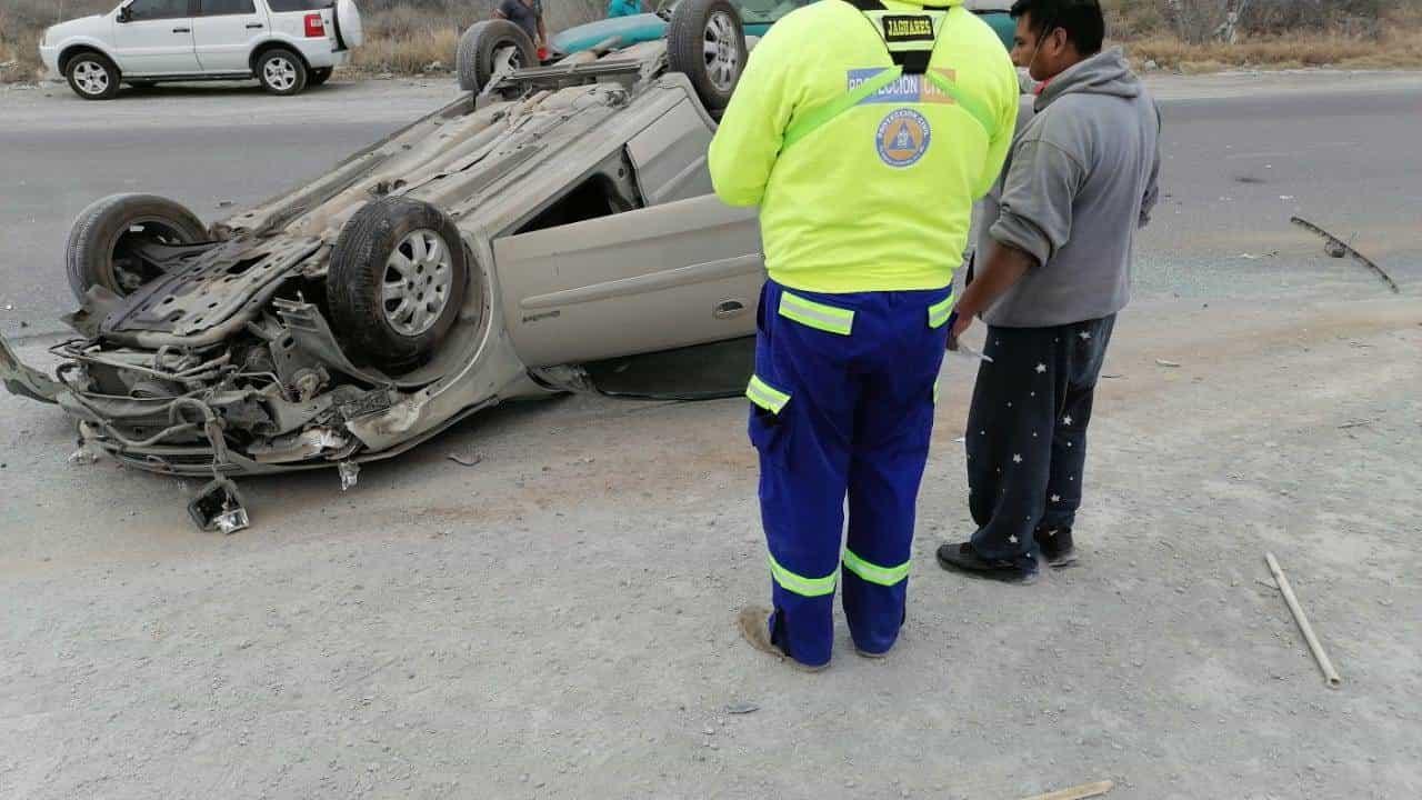 El conductor de un auto resultó lesionado luego de volcar su unidad