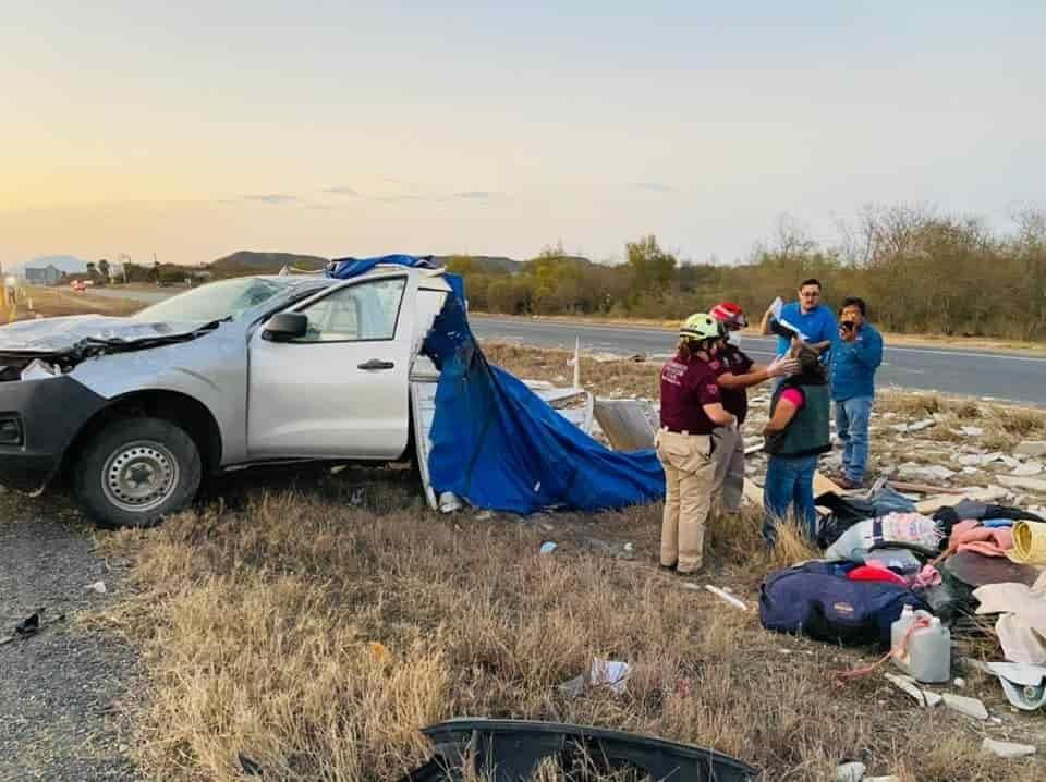 La pareja terminó con diversas heridas, después de volcar su camioneta